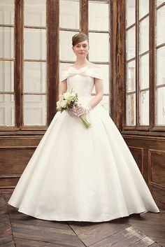 ミカドサテンの上品リボンのオフショルダーウェディングドレス AN0700