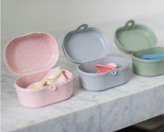 De Koziol Organic collectie is een collectie met producten die je dagelijks gebruikt, maar let op: wel praktische producten op biologische basis. De lijst van eigenschappen is bijna net zo lang als de lijst van producten. Ben je er klaar voor? De producten zijn 100% puur materiaal en 100% recyclebaar. Voedsel- & vaatwasserbestendig, zonder schadelijke stoffen. Vrij van BPA, MF en melamine. Extreem duurzaam dus. Baby Shoes, Baby Boy Shoes, Crib Shoes