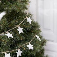 Stars guirnalda   A todos nos encanta pasar un rato agradable con los nuestros decorando el árbol de Navidad, y más si es con adornos tan originales y nórdicos como la guirnalda Stars. Estas pequeñas estrellas de madera, en color blanco unidas mediante cuerda, darán un toque muy elegante a tu hogar. #kenayhome #kenay #home #decoración #navidad #star #guirnalda #madera #blanca #estrella #interior #design #árbol #diseño #natural #nórdico #decoration #christmas #merry #xmas