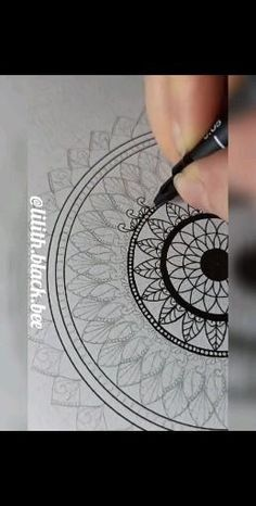 Easy Mandala Drawing, Circle Drawing, Mandala Art Lesson, Mandala Doodle, Mandala Artwork, Simple Mandala, Doodle Art Drawing, Pattern Design Drawing, Doodle Art Designs