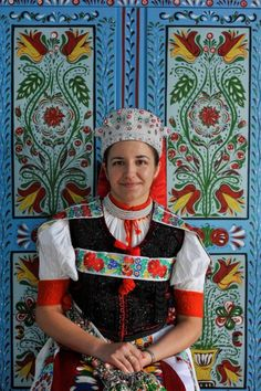 Hungarian folk painting covers walls and household items with the same intensive detail and color used in their embroideries. A decorative art tradition of brightly colored daily surfaces resulted. European Costumes, Costumes Around The World, Art Populaire, Hungarian Embroidery, Folk Costume, My Heritage, People Of The World, Ethnic Fashion, Historical Clothing
