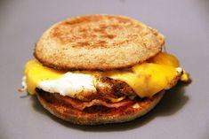 Si vous lisez ce blog un tant soit peu régulièrement, vous avez du remarquer que je suis une fan de cuisine anglaise, de petit-déjeuner à l'anglo-saxonne et de burgers. C'est pourquoi je suis toujours à l'affût de nouvelles recettes pour renouveler mes idées de petits-déjeuners, comme par exemple la breakfast casserole œufs, poivrons et pomme…