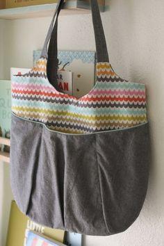DIY bag (pattern at site) Sewing Hacks, Sewing Tutorials, Sewing Patterns, Fabric Crafts, Sewing Crafts, Sewing Projects, Sewing Diy, Diy Sac, Handmade Christmas Gifts