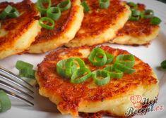 """Dneska jsem oprášila jeden z receptů, které jsem si opsala z maminčiny kuchařské knihy v době, kdy jsem se u plotny teprve nesměle rozkoukávala. A stojí za to ho vyzkoušet, a to i v případě, že klasické """"olomoucké"""" tvarůžky zrovna dvakrát nemusíte. Autor: Danka Bon Appetit, Vegetable Pizza, Low Carb, Vegetables, Food, Essen, Vegetable Recipes, Meals, Yemek"""