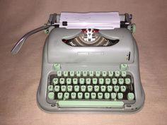 Alte tragbare mechanische Reiseschreibmaschine der Marke Hermes, Modell «Media 3», made in Schwitzerland by Paillard S.A. Yverdon, Seriennummer 3128537 um 1962.Bequem zu transportieren, in dem Originalkoffer mit Kofferverschluss. Der Kofferdeckel hat ein paar Dellen. Die Schreibmaschine befindet sich in einemgut erhaltenen Zustand, mit altersbedingten Gebrauchsspuren wie kleineKratzer und Abreibungen, siehe Fotos.Eines der beliebtesten Kult-Modelle der Schriftsteller, ein seltenes…