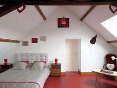 Grande chambre lumineuse avec 2 grands lits pour 2 à 4 personnes.
