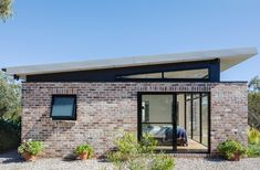 A Granny Flat Doesn't Need to Be a Caravan-Sized Blob in the Backyard House Roof Design, Flat Roof House, Facade Design, Modern Roof Design, Brick Facade, Facade House, House Facades, House Exteriors, Modern Brick House