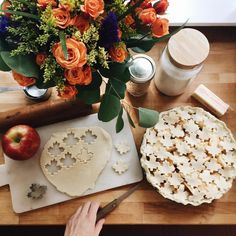 Bake an apple or pumpkin pecan fall pie. Fall inspiration and photo ideas. Things to do during fall. Fete Halloween, Autumn Cozy, Autumn Witch, Autumn Aesthetic, Autumn Inspiration, Blog Inspiration, Happy Fall, Happy Sunday, Fall Season