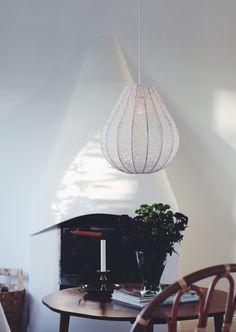 Lampskärm till taklampa. Ger ett jättemysigt sken. Droppformad svensktillverkad stomme.Koppar och spets. 36 cm i diameter40 cm hög Lamphänge till denna model