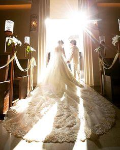 厳かなチャペルに、綺麗な日差しが差し込みます。 ロングトレーンがより華やかに映り、ドラマティックなワンシーンが生まれます。 Wedding Couples, Wedding Pictures, Wedding Bride, Wedding Engagement, Dream Wedding, Korean Bride, Japanese Wedding, Bridal Gowns, Wedding Dresses