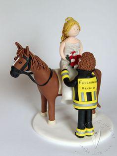 Feuerwehr Pferd Reit Brautpaar Tortenfigur für die Hochzeitstorte - Hochzeitstortenfigur - Weddingcake - Caketopper - Weddingcaketopper - Tortendeko - Hochzeitsideen - Weddingideas von www.tortenfiguren.at