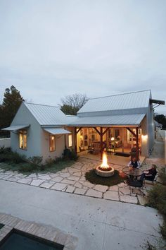 Do You Want Modern Farmhouse Style In Your Exterior? If you need inspiration for the best modern farmhouse exterior design ideas. Our team recommends some amazing designs that might be inspire you. We hope our articles can help you. Style At Home, Future House, Plan Chalet, Design Exterior, Roof Design, Cafe Exterior, Modern Farmhouse Exterior, Cabins And Cottages, Small Beach Cottages