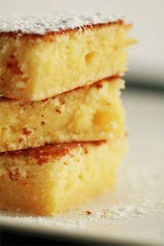 Moelleux au citron:4 oeufs 130g de sucre glace 80g de beurre fondu 120g de farine 1 sachet de levure chimique 2 citrons