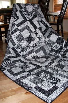 Love black and white quilts? Then this quilt is calling your name! Large enough for a twin size bed, or perfect as a couch quilt, this one will keep Colchas Quilting, Scrappy Quilts, Quilting Projects, Quilting Designs, Baby Quilts, Quilting Ideas, Mini Quilts, Machine Quilting, Quilt Inspiration