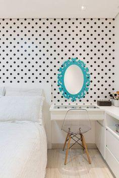Dupla perfeita com a parede de poás e o espelho veneziano.