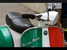 Vespa Rally Italia colours