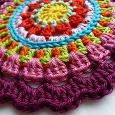 Karin aan de haak: Mandala - with tutorial from K-Town Crochet Mandala Pattern, Crochet Quilt, Crochet Squares, Crochet Yarn, Crochet Hooks, Crochet Dishcloths, Crochet Doilies, Crochet Flowers, Crochet Gratis