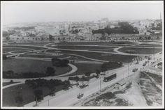 Imagem do Parque Dom Pedro II, década de 1920. Fotografia tirada do Palácio das Indústrias. No plano intermediário direito, o antigo Mercado dos Caipiras, que ficava no final da Rua General Carneiro. No meio do Parque, o coreto da Ilha dos Amores - Acervo do Museu da Imigração