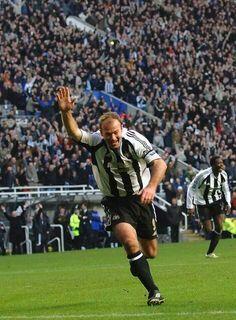 Alan Shearer of Newcastle Utd in Newcastle United Wallpaper, Football Sleeves, Newcastle United Football, Alan Shearer, England Players, Best Football Players, Football Pictures, English Premier League, Vintage Football