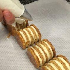 Finition du Millefeuille à la vanille par Colin!  @mo_paris  Vanilla Millefeuille finishing by Colin!  #mandarinorientalparis #mandarinoriental #paris #jaimeparis #vanilla #vanille #millefeuille #madagascar #feuilleté #caramel #chefstalk #chantilly #whippedcream #pastrycream #custard