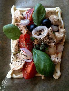 Śródziemnomorskie ciasto francuskie.   Do wykonania tego dania zainspirował mnie kolega, który przygotował podobne danie. Moje w mniejszej wersji, bardziej kieszonkowej i lekko zm... Caprese Salad, Food, Essen, Meals, Yemek, Insalata Caprese, Eten