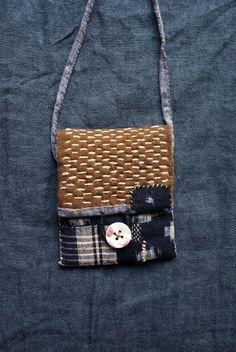 sacchetto nei toni dellautunno, cucito e trapuntato a mano (spago di lino), lino tinto in Giappone di cachi (cachi); applicate il cotone indaco: ispira