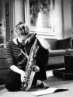 "Not My Job - Cate Blanchett playing her saxophone during a break in filming for ""The Ideal Husband"". Photographed by Peter Marlow Saxophone Players, Saxophone Instrument, Musician Photography, Jazz Artists, Poses, Black N White, White Art, Best Actress, Portrait"