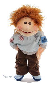 Thilo is een 45 cm grote jongens-handpop van Living Puppets. Het is een veelzijdig en sportief mannetje.