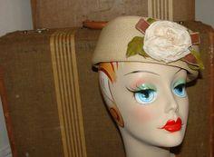Union Label Tan Round Pillbox Style Mid Century Round Woven Ladies Hat  Flower Church Cap Retro Pin Up a2db0f83291c