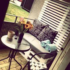 balkong,myshörna,lastpall,lastpallar,trävägg,trall,trallgolv Cama Box, Outdoor Couch, Apartment Balconies, Garden Inspiration, Furniture, Home Decor, Space, Balconies, Decks