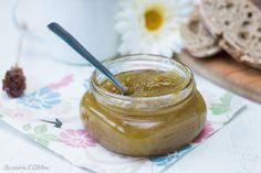 Une recette de confiture de rhubarbe facile à faire et parfaite pour le petit-déjeuner! Vous allez adorer...