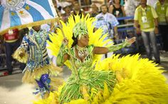 Brazilian Carnival - Porta-bandeira da Unidos de Vila Isabel samba com alegria no Rio