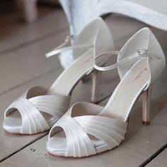 f93a45b2fc1 55 meilleures images du tableau Chaussures de Mariée  Weeding Shoes ...
