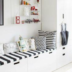 białe meble z IKEA i biało-czarne poduszki i siedziska w pokoju dla dziecka - Lovingit.pl