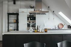 Шведская квартира на последнем этаже. Черно-белый декор в скандинавском стиле