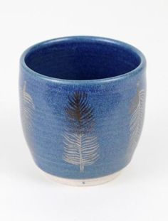 Deep blue highlights hand painted feather detailing on this adorable tumbler <3 www.mooreaseal.com