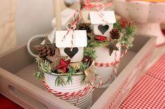 Meine neue Weihnachtsdekoration in der Küche. Ganz einfach gemacht: alte Konservendosen weiß ansprühen und etwas dekorieren: Fertig :)