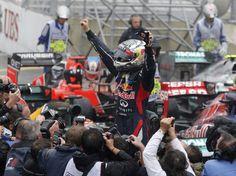 Vettel chorou bastante ao cruzar a linha de chegada  Foto: Reuters