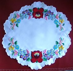 Kalocsai kis terítő. Puppets hímző fonallal hímeztem. Creative Embroidery, Hand Embroidery Designs, Embroidery Stitches, Mexican Embroidery, Hungarian Embroidery, Chain Stitch, Cross Stitch, Folk Dance, Flower Art
