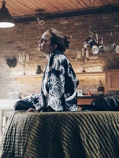 Looks Villanelle Killing Eve usando roupão preto. Villanelle's costumes for Killing Eve. Villanelle's black robe Miu, Kimono Dressing Gown, White Belt, White Trim, Jodie Comer, Glamour, Style Icons, People, Tiger Cubs