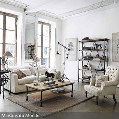 Dieses Klassische Wohnzimmer Wurde Mit Modernen Details Aufgepeppt. Die  Stuckleisten Sorgen Für Einen Romantischen Touch