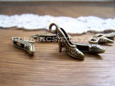 5 Pcs Antique Bronze High Heel Shoe Charms - Fashion, Bronze Charm, Nickel Lead Free, Jewelry Supplies, Craft Supplies, 23mm x 11mm (CH042)
