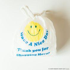National Smile Power Day 月15日はSmile Power...  National Smile Power Day  月15日はSmile Power Dayです 笑顔の力の日 ストレートにスマイルマークのアイテムを  このカレンダーの撮影で スマイルマークのレジ袋をたくさん撮影しました 岡尾さんも私もいくつか持っていたので 何カットか撮ってこれが採用です  手に入れたのはおそらく アメリカのスーパーマーケットだったと思います 旅先のお買い物でこういう袋をもらえると 持って帰ってとっておく癖があるんです 家のキッチンに そういう袋をまとめて入れておくコーナーがあって そこから出してきたスマイルの袋です 大段まちこ