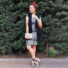 Look de hoje!  Styling by @gobbiland Look do dia. Look dia. Vestido listrado. Colete preto. Sandália de salto.