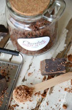 chocolate sugar scrub 09.12.2014: 62gbrauner zucker, 62g weisser Zucker, 1 EL Kakao, 20g Traubenkernöl: schöne feine Ölschicht, beim Entnehmen etwas zu bröselig
