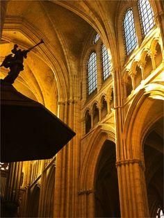 """""""Dans ta lumière nous voyons la lumière."""" Psaume 35, 10.  Voutes de la cathédrale de Meaux"""