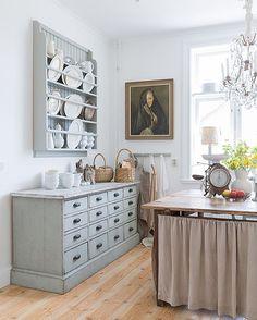Lite mer av vårt kök som det ser ut nu. Ha en fin kväll vänner! *** One more picture from our kitchen. New table, new feeling! Have the best evening friends! #kök #köksinspiration #ommöblerat #kitchen #lägenhet #interior #interiordesign #interior4all #interior4you #lantligt #lantligtkök #countrystyle #köpmansdisk #tallrikshylla #diy #gustavian #gustaviansk