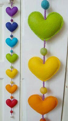 Love this rainbow-colored, felt Heart Garland! Sewing Crafts, Sewing Projects, Craft Projects, Fabric Crafts, Diy And Crafts, Crafts For Kids, Arts And Crafts, Felt Christmas Decorations, Christmas Crafts