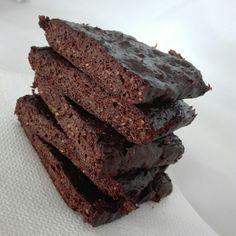 Low Carb Zucchini Brownies  Für 5 Stk.: ▪ 30 g Ghee/Butter/Kokosöl ▪ 30 g Kakao ▪ 20 g gemahlene Mandeln ▪ 1 Ei ▪ 1/2 TL Backpulver ▪ 100 g Zucchini (optional) ▪ Süße nach Wahl  Kokosöl schmelzen, Kakao darunter rühren. Die restlichen Zutaten miteinander vermischen und unter die Kakaomasse heben. Das ganze dann in eine geeignete Form geben und für 20 Min. bei 200° Grad Unter-/Oberhitze in den Backofen.  Nährwerte gesamtes Rezept: 615 kcal | KH 11 g | EW 18 g | FE 53 g