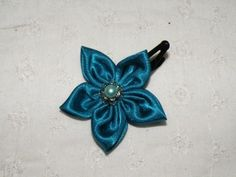 barrette fleur  tissus satin bleu canard  : Accessoires coiffure par les-accessoires-de-capucine sur ALittleMarket